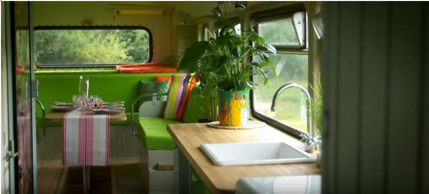 Отец-одиночка покупает автобус и превращает его в уютный дом для себя и дочери