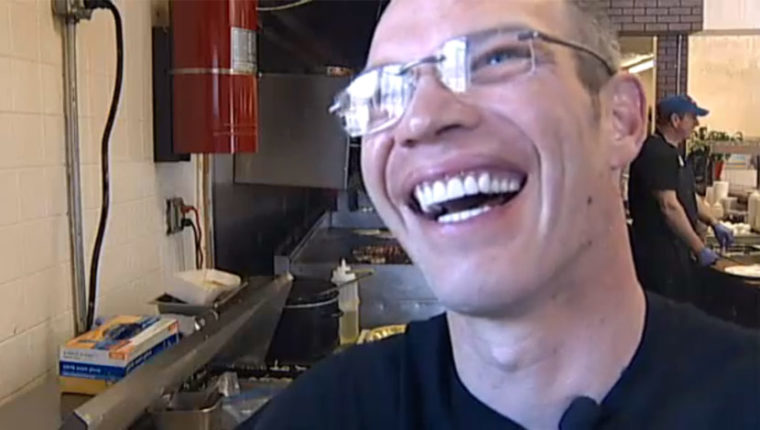 Хороший парень с плохими зубами: мужчина оставил 25 тысяч долларов на чай официанту, чтобы тот обрел голливудскую улыбку