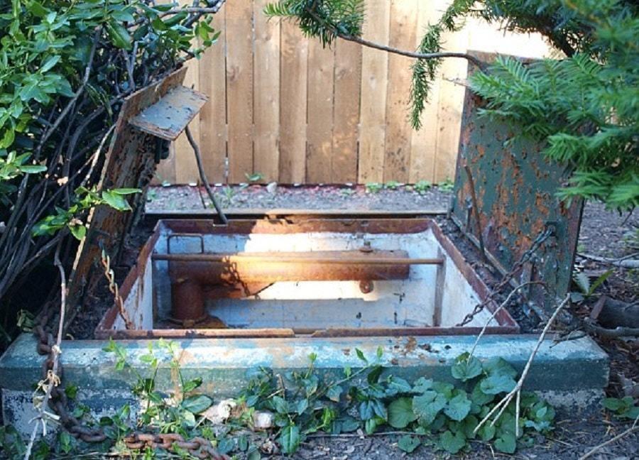 Пара обнаружила у себя на заднем дворе люк. Под ним оказался радиозащитный бункер