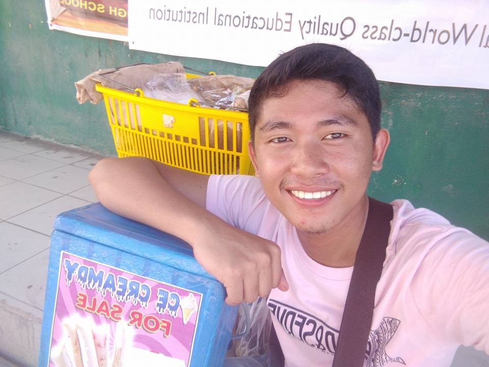 Студент открыл «ларек честности», вместо продавца - две таблички и денежный ящик