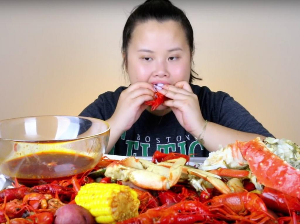 Мир сошел с ума: блогер зарабатывает миллионы долларов за то, что просто ест перед камерой