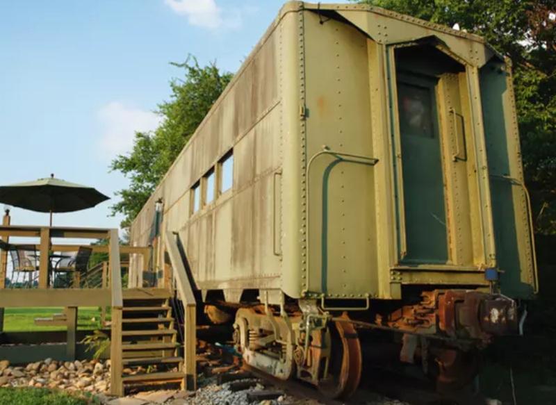Мужчина купил поезд времен Второй мировой войны и превратил его в комфортное жилье. Интерьер необычного дома: фото