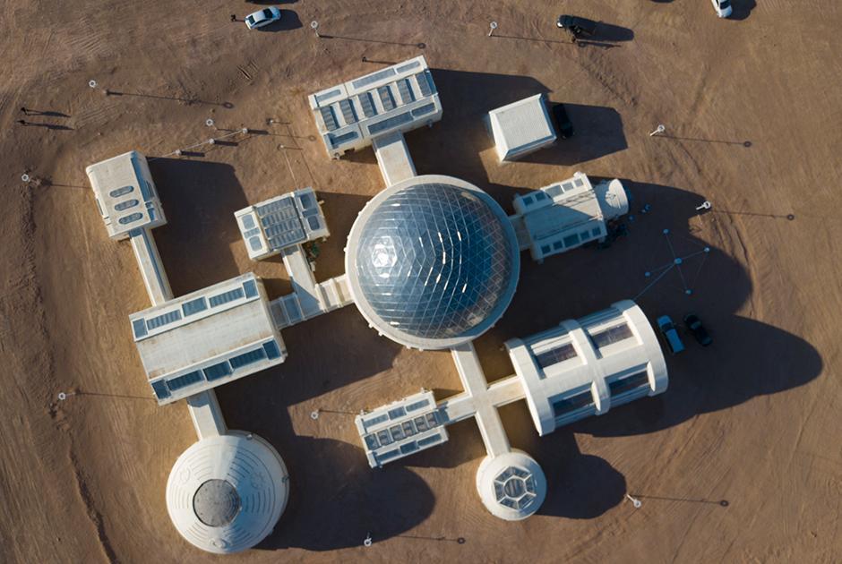 Сначала в пустыню, потом... на Марс. Удивительная база так похожа на Красную планету