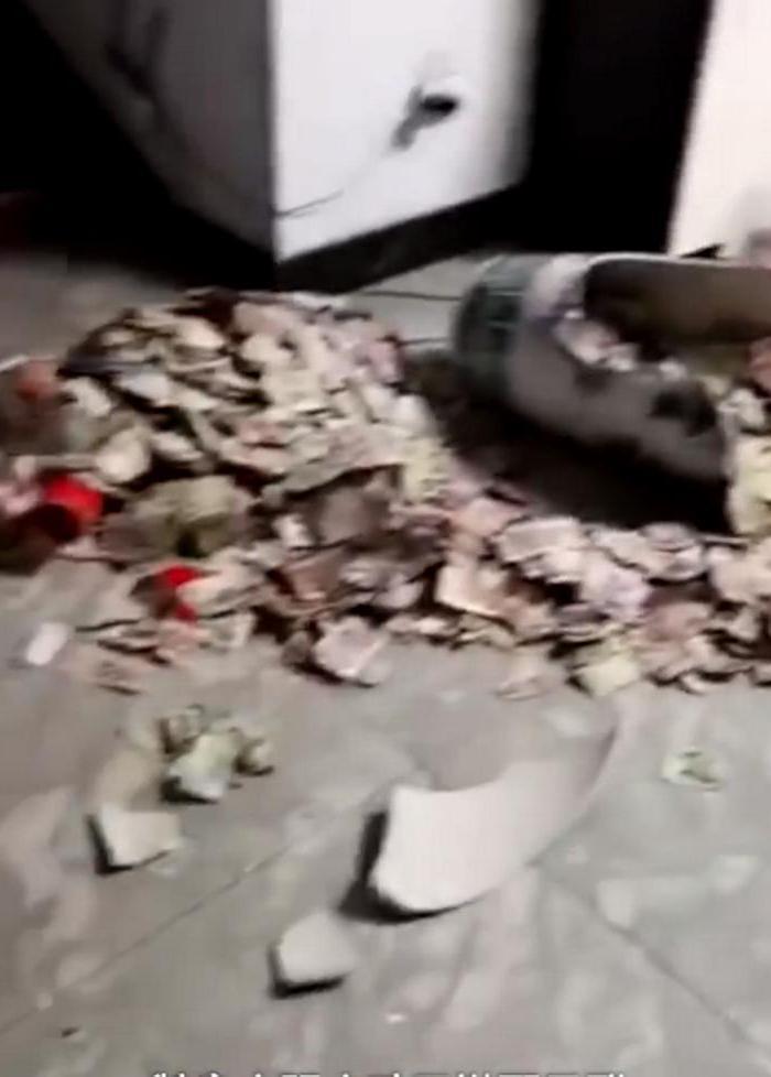 Дочь разбила любимую вазу отца, и ему пришлось объяснить, откуда в ней столько денег
