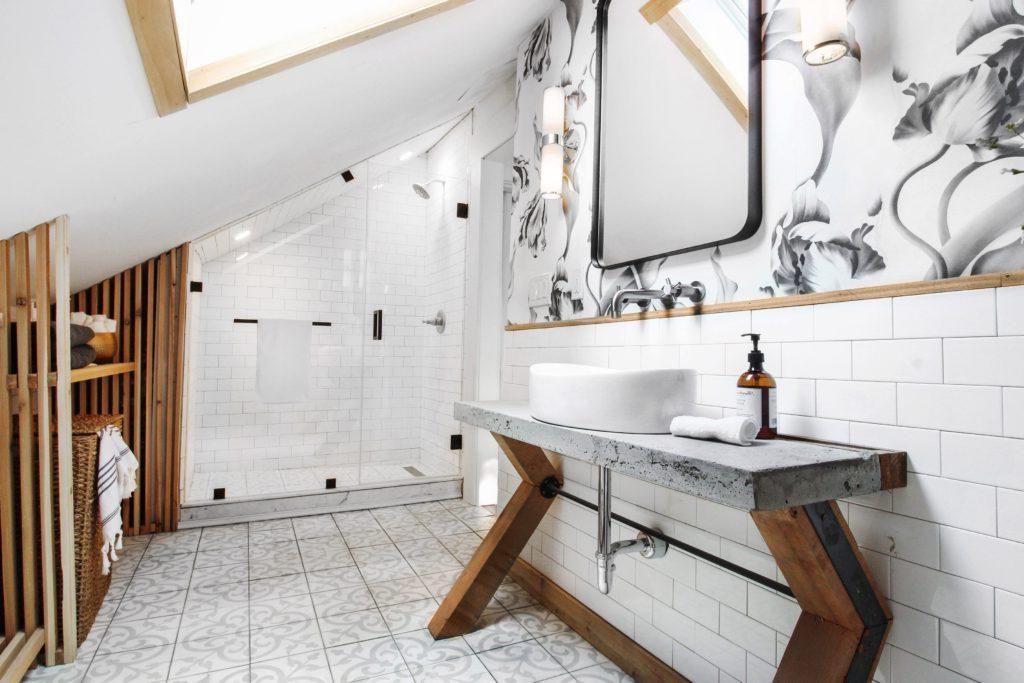 Супруги были недовольны пыльным чердаком в их доме. Наконец они решили перестроить его в элитную ванную комнату