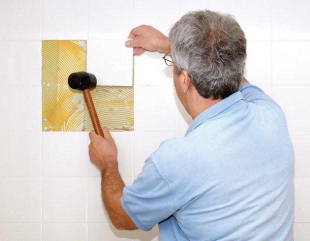 как наклеить плитку на плитку в ванной