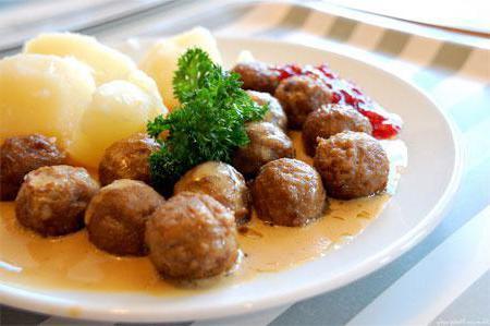 Картошка с тефтелями в духовке в сметанном
