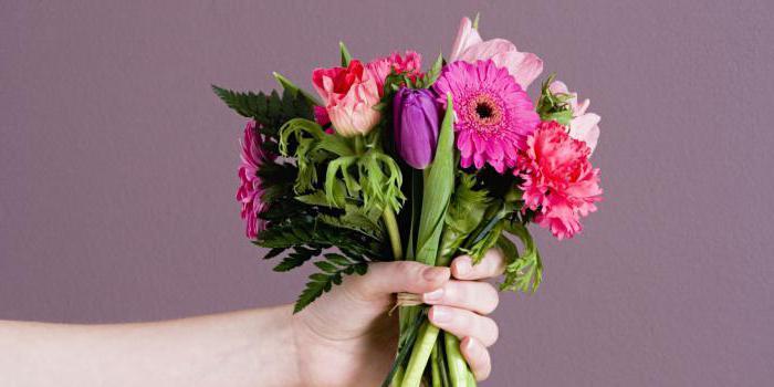 Сонник парень дарит цветы