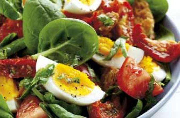 салат с яйцами и помидорами и колбасой