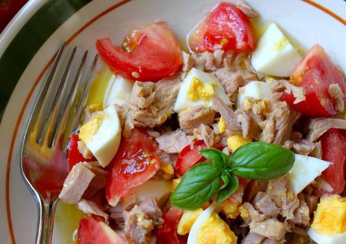 салат с яйцами и помидорами и сыром