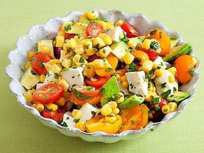 салат с яйцами и помидорами и колбасой и кукурузой