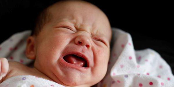 Почему новорожденный плачет перед мочеиспусканием девочка