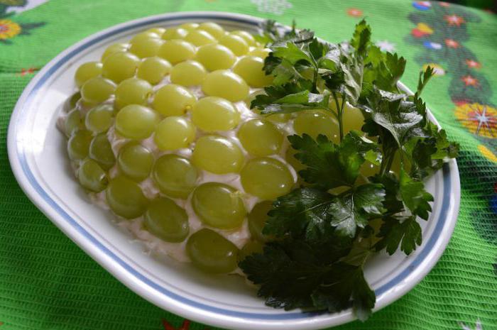 салат с сыром и виноградом и курицей