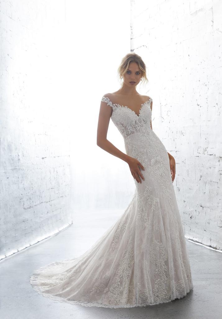Лаконичное платье с длинным шлейфом