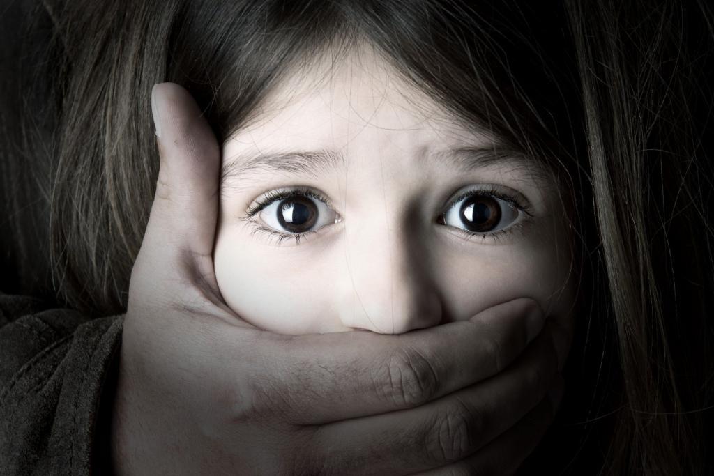 Маленькой девочке закрыли рот.