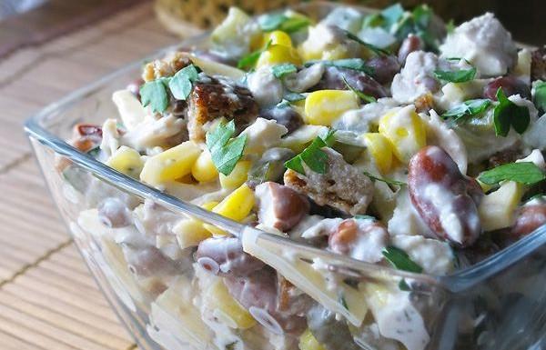 Салат с отварной курицей и фасолью