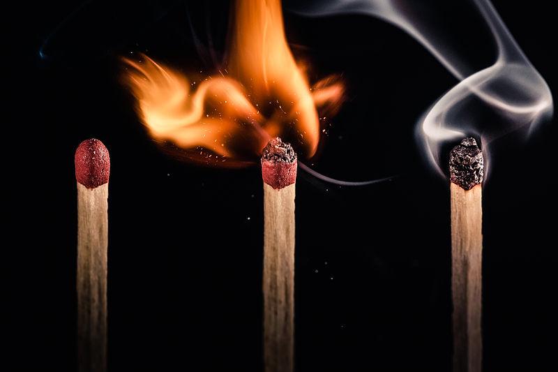 горящие спички