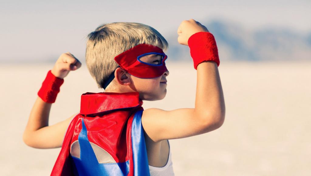 Мальчик в костюме супергероя.