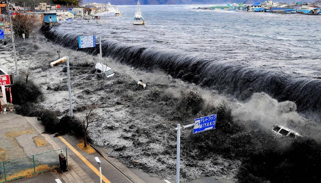 Цунами после землетрясения в Фукусиме