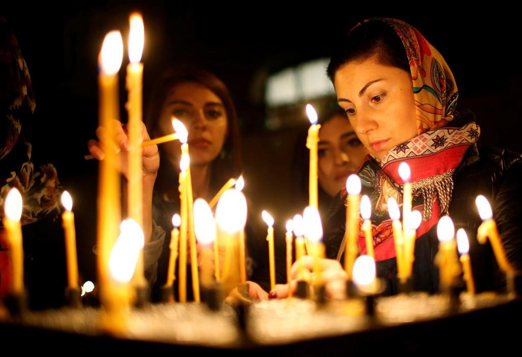 Девушки ставят свечи