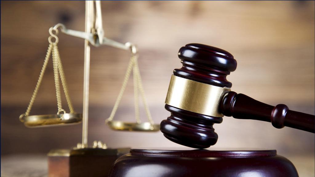 судебный молоток и весы справедливости