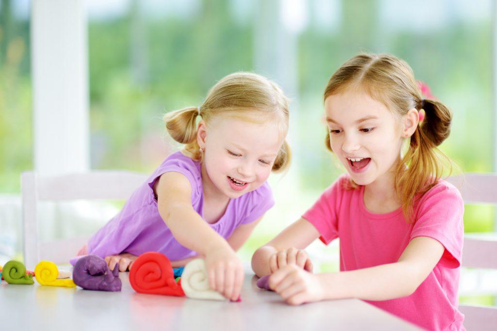 Девочки лепят из пластилина