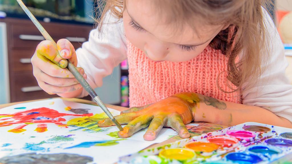 Девочка рисует красками