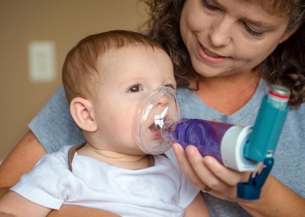 Мама помогает ребенку-астматику.