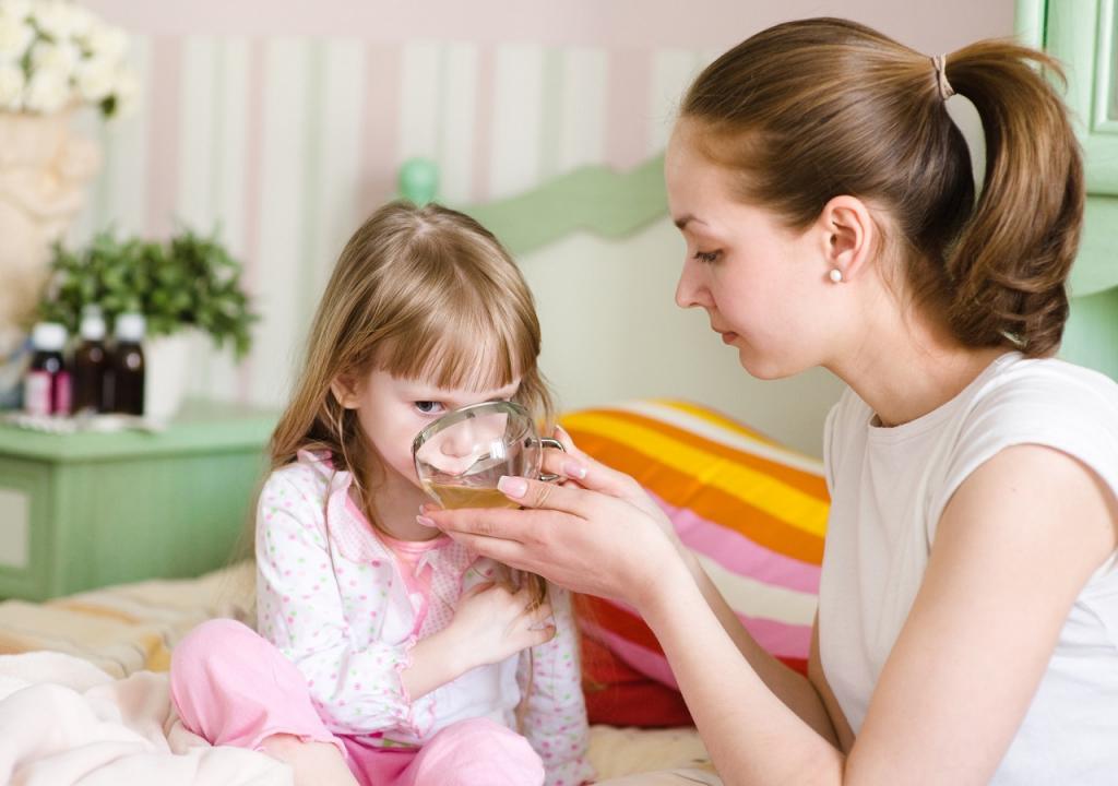 Девочка пьет травяной чай