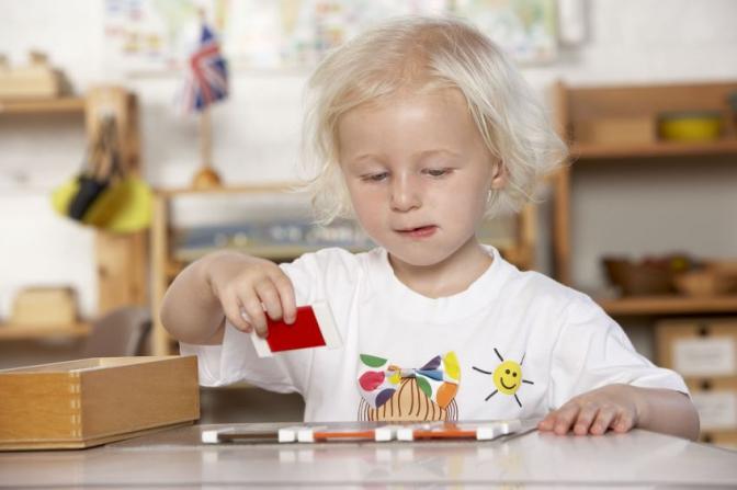 ребенок занимается математикой