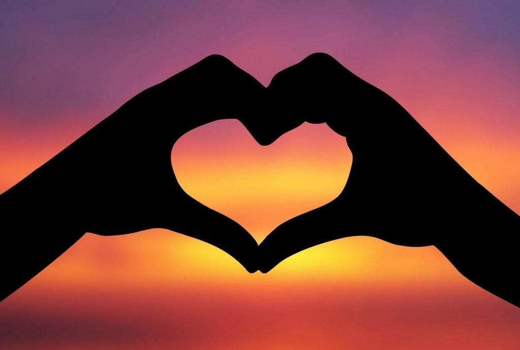Сердечко руками на фоне заката