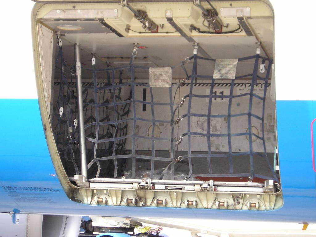 багажный отсек самолета
