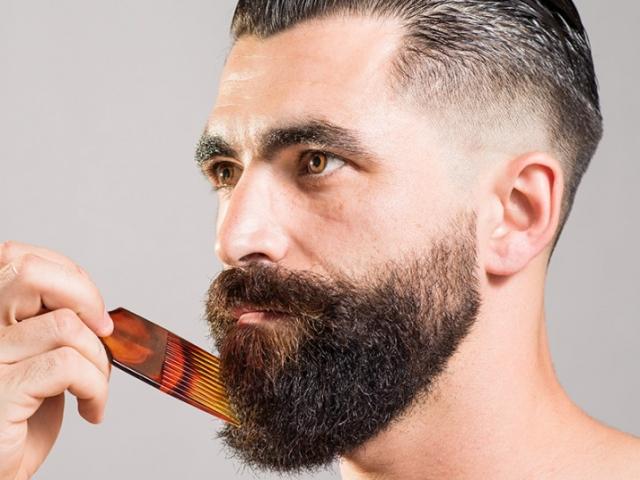 Расчесывать бороду