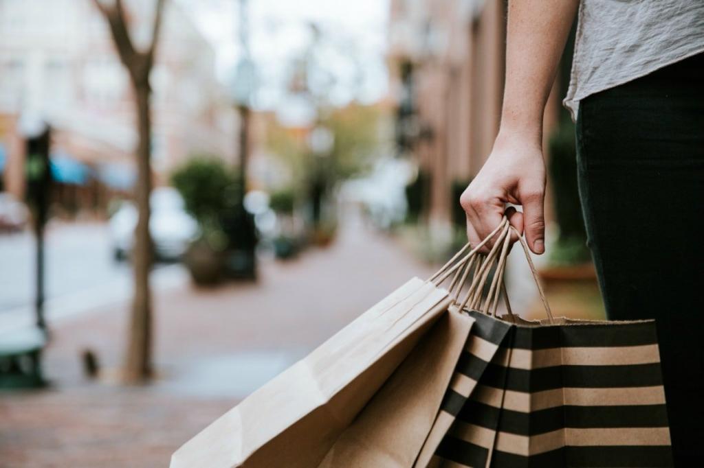 женщина несет пакеты с покупками