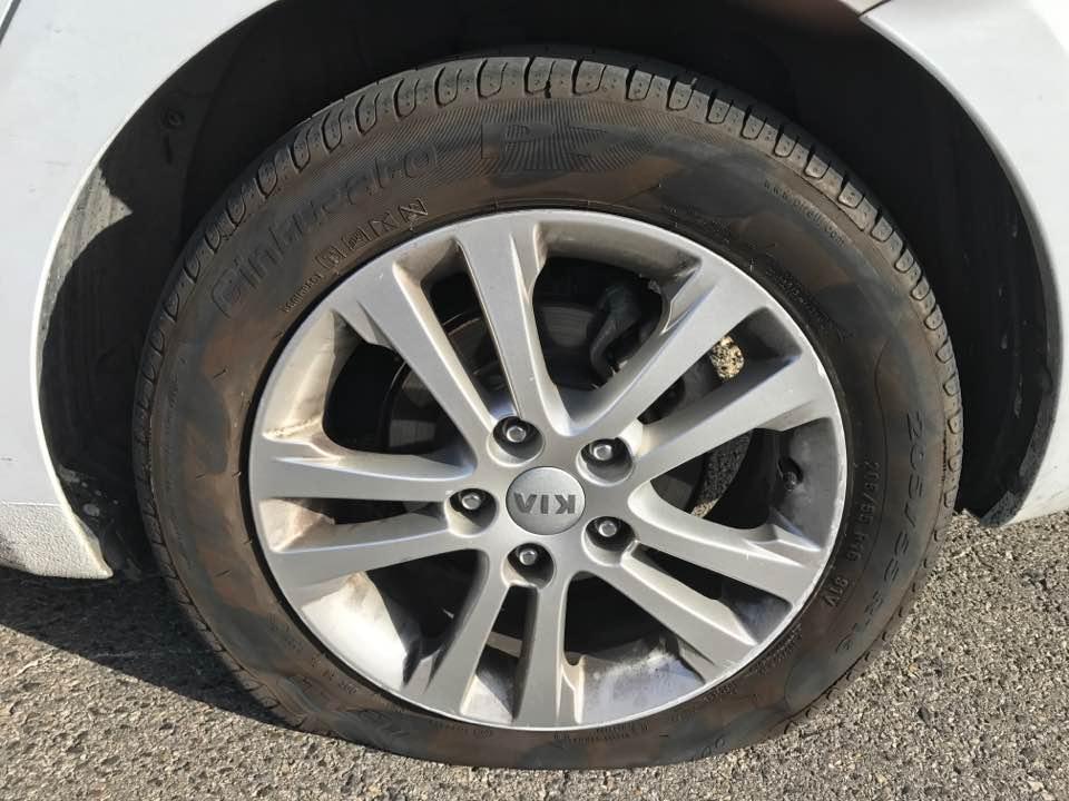 гвоздь втыкается в заднее колесо