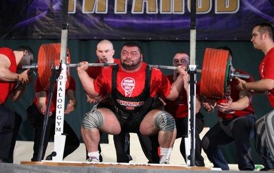Спортсмен с тяжелой штангой