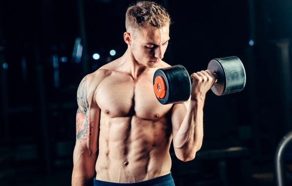 Мужчина тренируется
