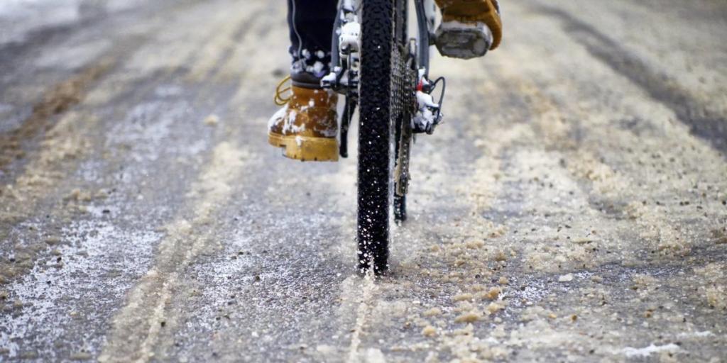 Велосипедист едет по гололеду.