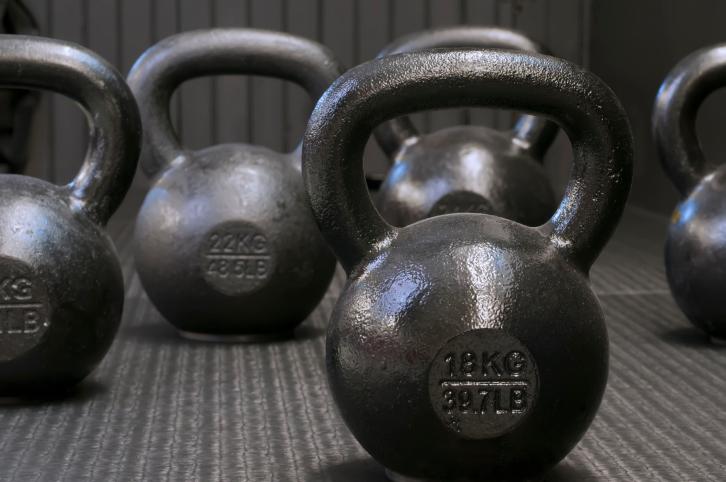 Упражнения с гирями для мышц спины