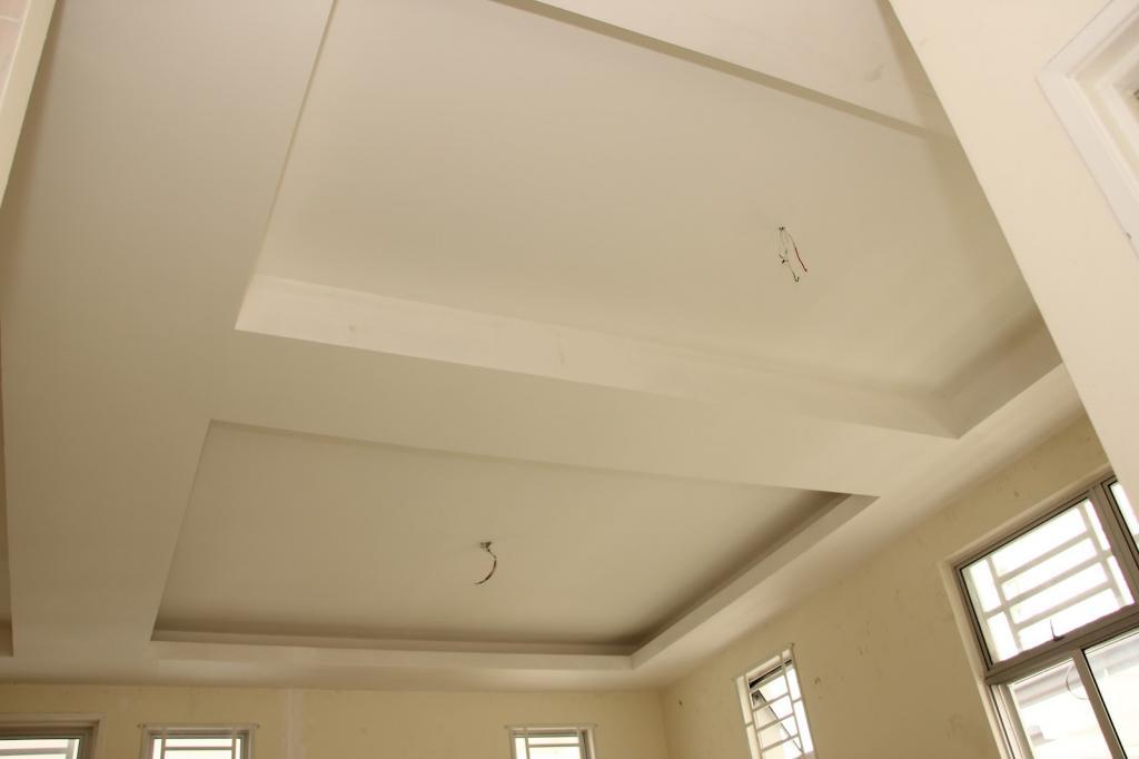 какие потолки лучше натяжные или из гипсокартона