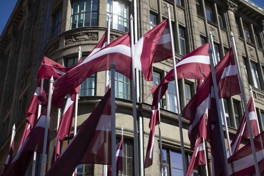 флаги Латвии напротив здания