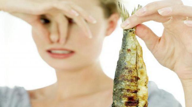 моча пахнет соленой рыбой