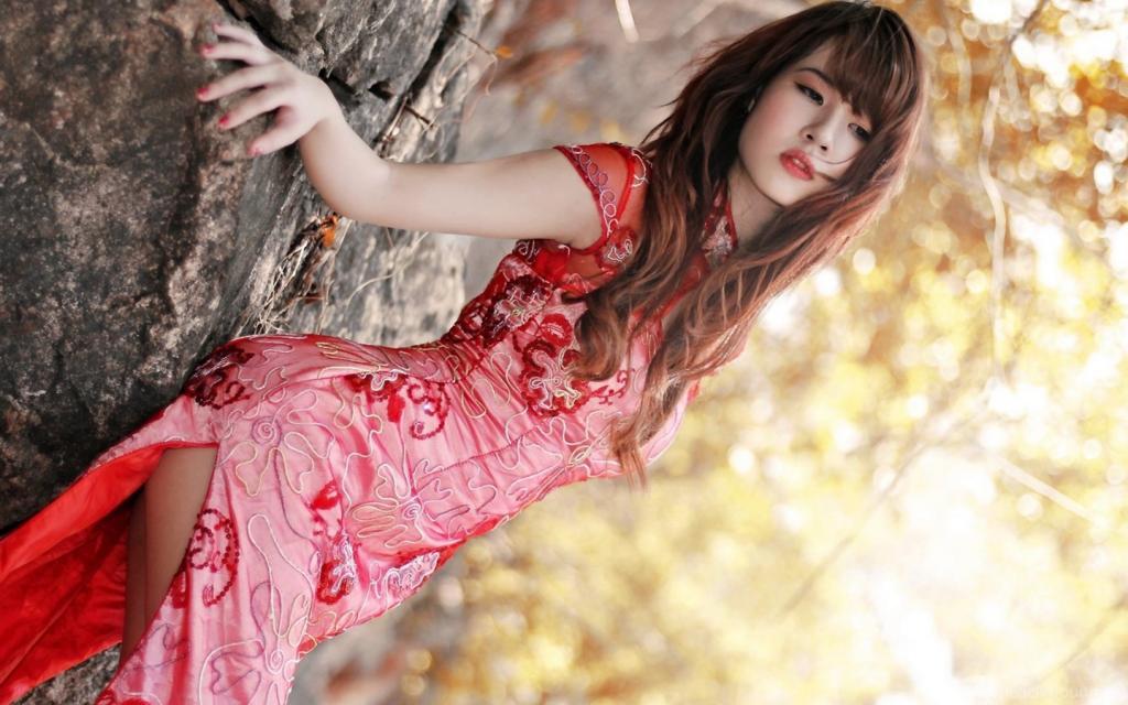 Японка в красном платье.