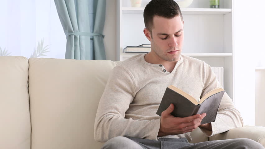 Читающий мужчина.