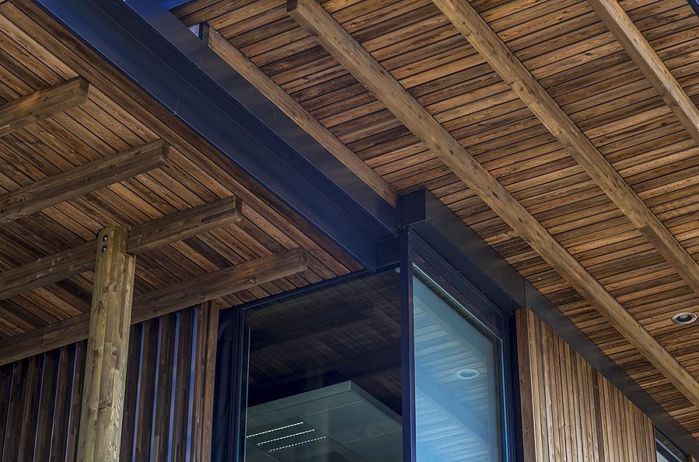 Потолок из обработанного огнем дерева