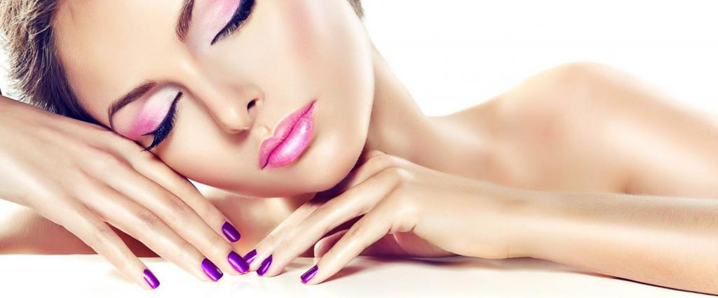 женщина с ногтями, выкрашенными в фиолетовый цвет