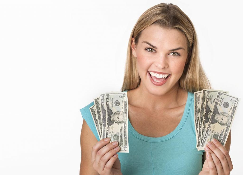 деньги в руках у молодой женщины