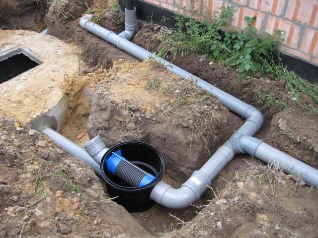 Монтаж труб для автономной канализации