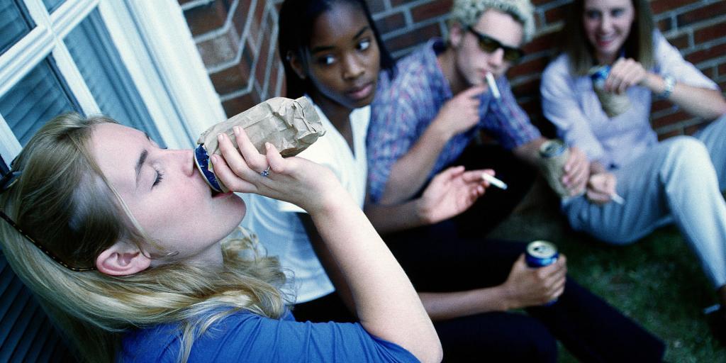 Подростки курят и пьют