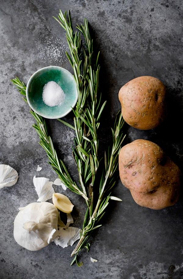 Картофель с чесноком, солью и розмарином